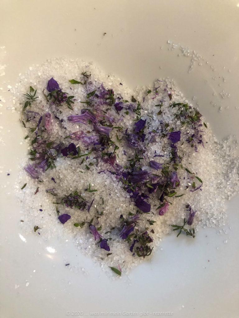 Kraeuterblüten und Salz vor dem Vermischen und Mörsern.